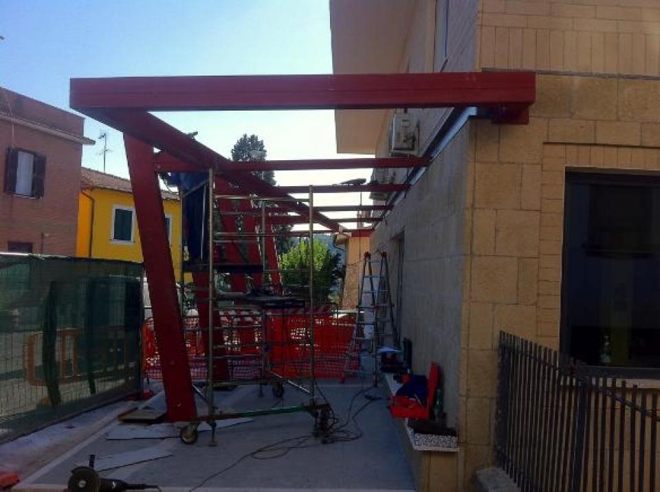 Strutture in ferro certificate realizzate a Roma da Comeart - pensilina Comune Morlupo